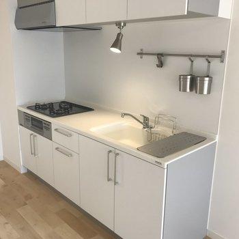 キッチンは三口ガスコンロにグリル付き!