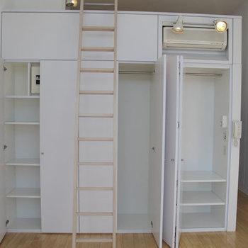 ロフト下部はクローゼット×3と、裏側にキッチンです。※掲載写真は同間取り別部屋のものです。