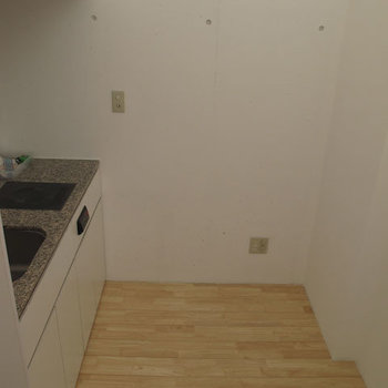 冷蔵庫、食器棚を置くとちょっと狭いかも。※掲載写真は同間取り別部屋のものです。
