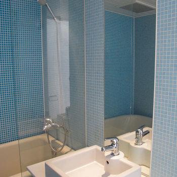 洗面台下は空洞になってますので、ワゴン等どうぞ。※掲載写真は同間取り別部屋のものです。