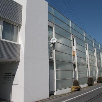 外側にある半透明のパネルが装飾兼目隠しとなります。