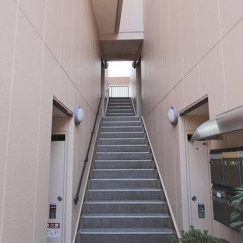 この階段で3階まで。