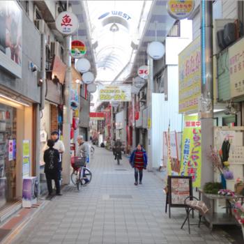 駅前から続く、レトロ懐かしい雰囲気の商店街。