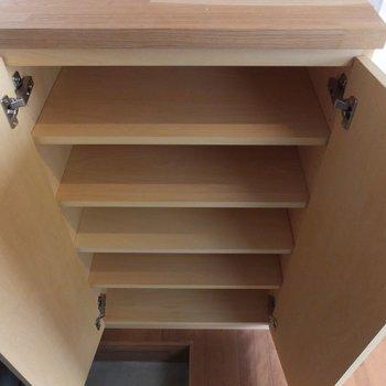 靴箱もあります※掲載写真は別部屋です。間取りが変更されいていますので間取図をご確認願います。