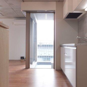玄関を入るとすぐにキッチン。※掲載写真は別部屋です。間取りが変更されいていますので間取図をご確認願います。