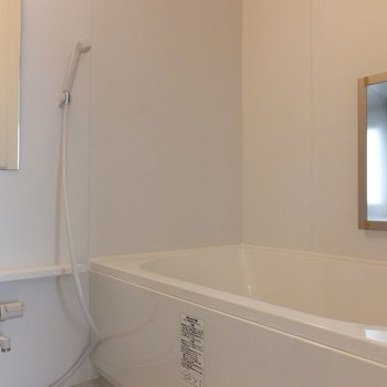 お風呂もひろいぞ!窓付き◎※掲載写真は別部屋です。間取りが変更されいていますので間取図をご確認願います。