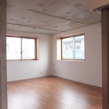 天井にレールが付いているのでベッドルームとリビング。など分けることができそうです。※掲載写真は別部屋です。間取りが変更されいていますので間取図をご確認願います。