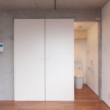 水周りへのドアはスライド式。※掲載写真は別部屋です。間取りが変更されいていますので間取図をご確認願います。