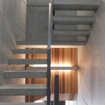 居室と同じくコンクリート×木材の共用部。