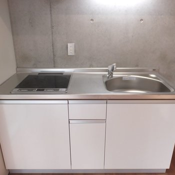 キッチンはIH2口コンロです。※掲載写真は別部屋です。間取りが変更されいていますので間取図をご確認願います。