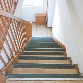 階段もレトロでいい雰囲気ですね。