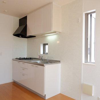 キッチン横にも窓あります。冷蔵庫も隣に。