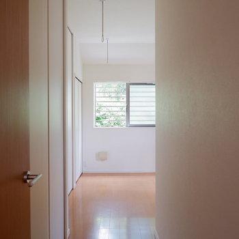 奥の洋室は寝室に。