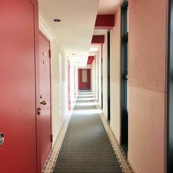 共用部も赤がアクセントに!本当にホテルのロビーみたい!