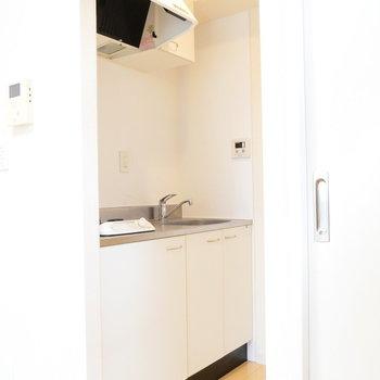 キッチンは奥まって。冷蔵庫を置くスペースもありますよ!