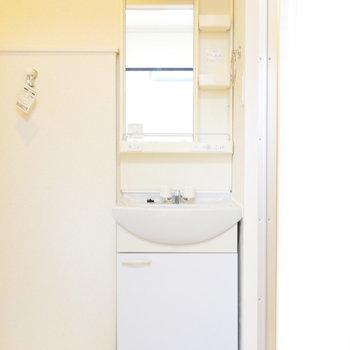 独立洗面台は脱衣場に。