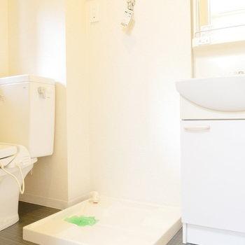 トイレと洗面台の間に洗濯機置場。