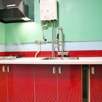 赤いキッチンがポイント☆※写真は前回掲載時のものです。