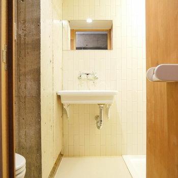 水回りもコンパクトに。トイレと洗面台とシャワールームです。