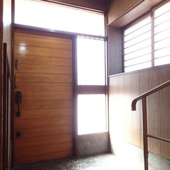 石が敷かれた玄関も雰囲気ありますよ。