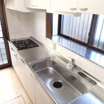 広いキッチン。窓辺には板敷いてこだわりの食器たちを。