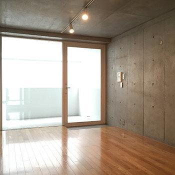 向こう側は玄関ですよ〜※写真は同間取りの別部屋です
