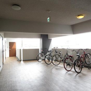 自転車置き場が各階にあります