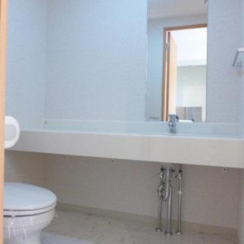 洗面台とトイレは同室です。(※写真は11階の反転間取り別部屋のものです)