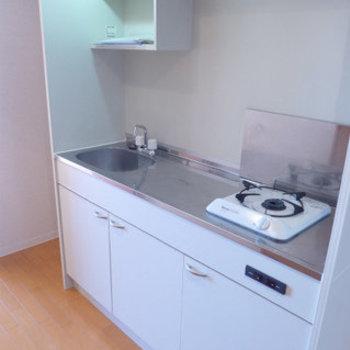 コンパクトなキッチン。(※写真は11階の反転間取り別部屋のものです)