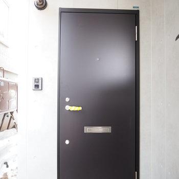 黒い玄関扉が目印!