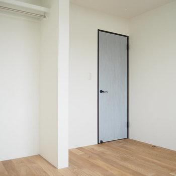 青いシャビーなドアが可愛い〜