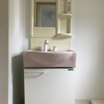 ピンクカラーがかわいい洗面台です。