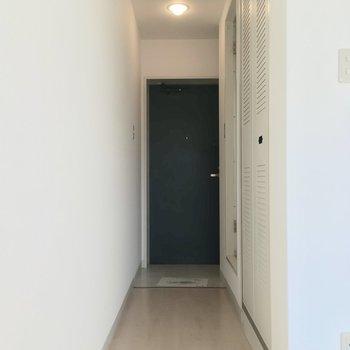 続いては廊下へ、右手前の扉は・・・