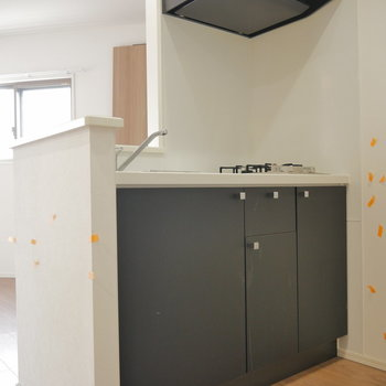 キッチンは対面式。 ※クリーニング前のものです