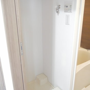 洗面台の向かいに洗濯機。 ※クリーニング前のものです
