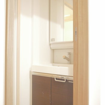 脱衣所に洗面所は独立してます ※クリーニング前のものです