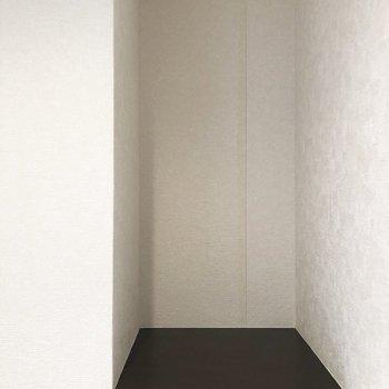 トイレの背面に棚あり!ディスプレイしたり、消耗品置いたり活用できるのはありがたい