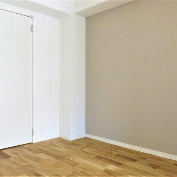 アースカラーのクロス!グリーンが映えそうなお部屋ですね!