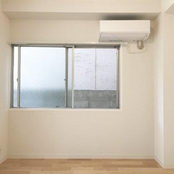 ダイニングにも窓があるので風通しバッチリ!嬉しいエアコン付き