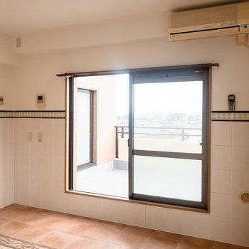 【LDK】サイドの窓からもバルコニーに出られます。