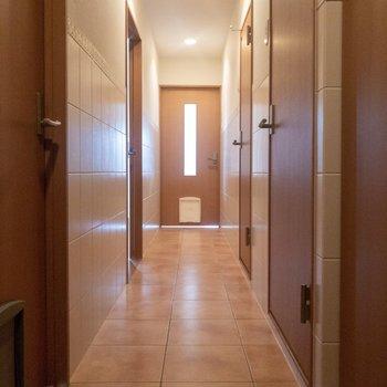 玄関前からリビングまで。右の扉を開くとサニタリーが。