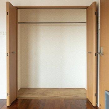 【洋室①】クローゼットは大型。服がたくさん入りそう。