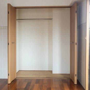 【洋室②】こちらのクローゼットも大きいですね。