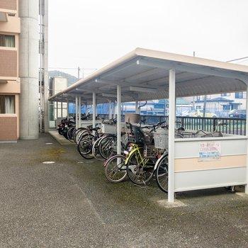 駐輪スペースには屋根があります。
