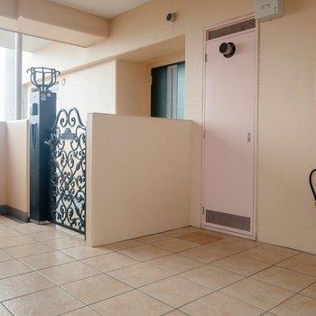 玄関前には素敵な門があります。
