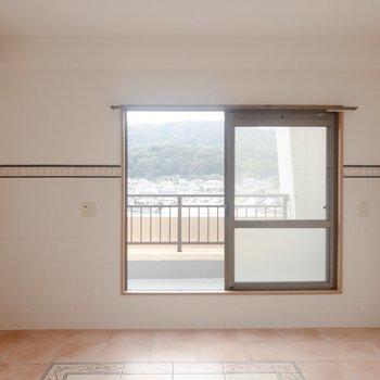 【LDK】南向きの窓からは光がたくさん入ってきます。