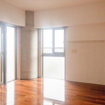 【洋室①】玄関側のお部屋。日当たりが良くて気持ちいい。