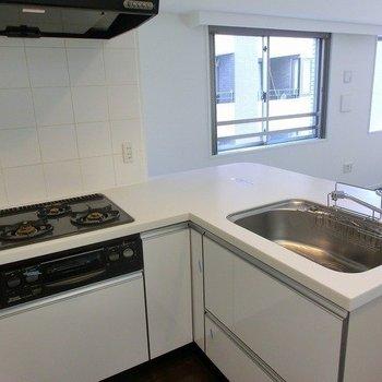 L字キッチンで調理スペースが広い!※写真は前回募集時のものです
