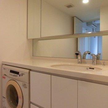 大きな洗面台と洗濯機。※写真は前回募集時のものです