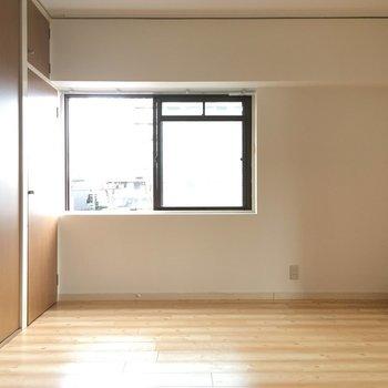 収納前には窓があって、暗くて見えにくいクローゼットの中をカバー。